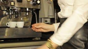 La mujer bonita joven hace el café almacen de video