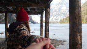 La mujer bonita joven lleva a su novio por la mano en un Lago Di Braies almacen de video