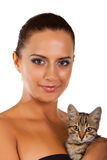 La mujer bonita joven sostiene su gato precioso aislado Imágenes de archivo libres de regalías