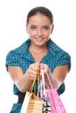 La mujer bonita pasa los bolsos para las compras Fotografía de archivo