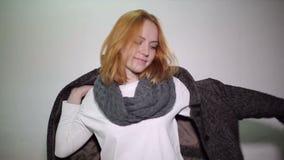 La mujer bonita pone la bufanda y la capa del otoño almacen de metraje de vídeo