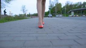 La mujer borracha que lleva el tacón alto rojo calza caminar a casa después de la celebración del partido metrajes