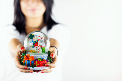 La mujer borrosa sostiene la esfera del muñeco de nieve Fotografía de archivo