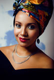 La mujer brillante con creativo compone, mantón en la cabeza Foto de archivo libre de regalías