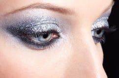 La mujer brillante observa maquillaje Imagenes de archivo