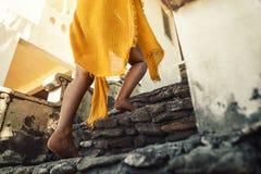 La mujer bronceada los jóvenes camina arriba en un vestido de la playa del traje de baño - le fotos de archivo libres de regalías