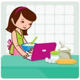 La mujer busca recetas en línea Imagenes de archivo