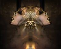 La mujer caliente atractiva con oro líquido hermoso en su cara y cuerpo está planteando el fondo oscuro en el humo, ojos cerrados Foto de archivo libre de regalías
