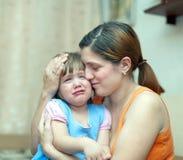 La mujer calma a la hija gritadora Foto de archivo