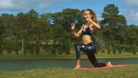 La mujer cambia posiciones de la yoga contra Green River