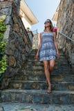 La mujer camina abajo de las escaleras tejadas Fotografía de archivo
