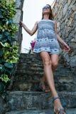 La mujer camina abajo de las escaleras tejadas Foto de archivo