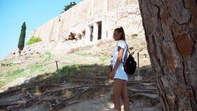La mujer camina en la acrópolis del griego clásico almacen de video