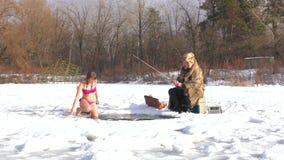 La mujer camina en el agua fría, helada metrajes