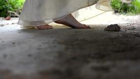 La mujer camina en pies desnudos almacen de metraje de vídeo