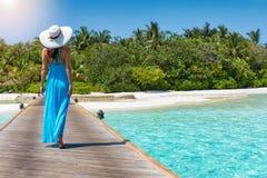 La mujer camina hacia una isla tropical del paraíso foto de archivo libre de regalías