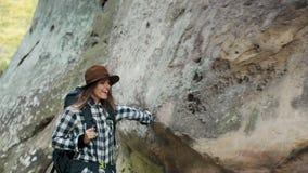 La mujer camina por las rocas metrajes
