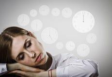 La mujer cansada en blanco está durmiendo Concepto del sueño y del tiempo imagen de archivo libre de regalías