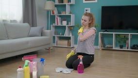 La mujer cansada joven tiene hombro del masaje del dolor de cuello interior en casa almacen de video