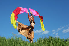 La mujer cantante baila con los ventiladores del velo Foto de archivo