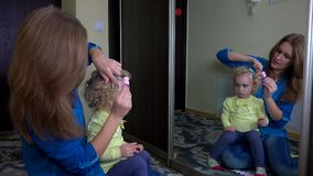 La mujer cariñosa puso resbala dentro de su pelo de la muchacha de la hija metrajes