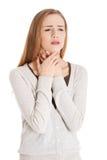 La mujer casual hermosa está teniendo garganta dolorida. fotos de archivo libres de regalías