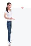 La mujer casual muestra la bandera grande Imagen de archivo libre de regalías