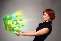 La mujer casual que sostiene el cuaderno con recicla y sym ambiental Fotografía de archivo
