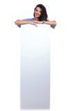 La mujer casual se coloca detrás de tablero Foto de archivo libre de regalías
