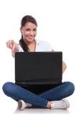 La mujer casual se sienta con el ordenador portátil y los puntos Fotografía de archivo libre de regalías