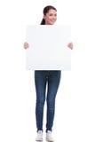 La mujer casual sostiene el panel Fotos de archivo