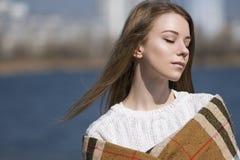 La mujer caucásica adolescente joven hermosa en caminar de la tela escocesa piensa Fotografía de archivo libre de regalías