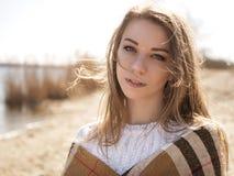 La mujer caucásica adolescente joven hermosa en caminar de la tela escocesa piensa Imagen de archivo
