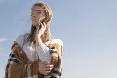 La mujer caucásica adolescente joven hermosa en caminar de la tela escocesa piensa Foto de archivo libre de regalías