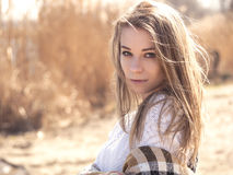 La mujer caucásica adolescente joven hermosa en caminar de la tela escocesa piensa Fotos de archivo