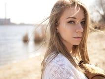 La mujer caucásica adolescente joven hermosa en caminar de la tela escocesa piensa Imágenes de archivo libres de regalías