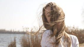La mujer caucásica adolescente joven hermosa en caminar de la tela escocesa piensa Imagen de archivo libre de regalías