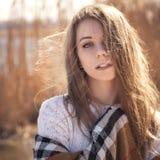 La mujer caucásica adolescente joven hermosa en caminar de la tela escocesa piensa Foto de archivo