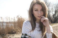La mujer caucásica adolescente joven hermosa en caminar de la tela escocesa piensa Imagenes de archivo