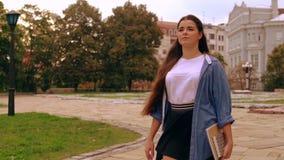 La mujer caucásica camina para clasificar metrajes