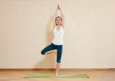 La mujer caucásica está practicando yoga Fotos de archivo libres de regalías