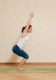 La mujer caucásica está practicando yoga imagenes de archivo
