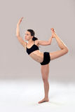 La mujer caucásica está practicando yoga. Fotos de archivo libres de regalías
