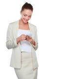 La mujer caucásica feliz joven está llamando con un teléfono móvil Foto de archivo