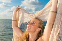 La mujer caucásica goza de la playa Foto de archivo libre de regalías