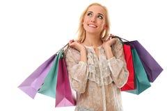 La mujer caucásica hermosa joven sostiene bolsos de compras coloridos y Foto de archivo