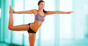 La mujer caucásica joven hace yoga en el gimnasio Fotografía de archivo