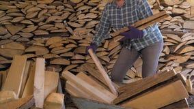 La mujer caucásica pone la madera en la leñera en rancho almacen de video