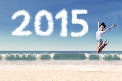 La mujer celebra Año Nuevo en la playa Fotos de archivo libres de regalías