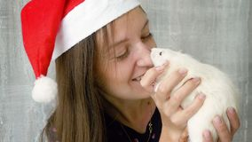 La mujer celebra la rata blanca y la sonrisa almacen de metraje de vídeo